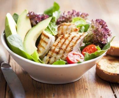 Salade met gerookte kip en pesto-yoghurtsaus recept