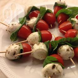 Hapjes met mozzarella, tomaat en basilicum recept