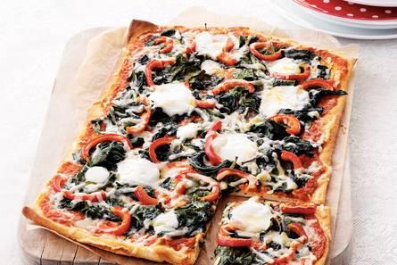 Plaatpizza met spinazie en twee soorten kaas