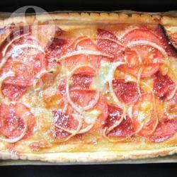 Bladerdeegpizza met tomaat, salami en mozzarella recept ...