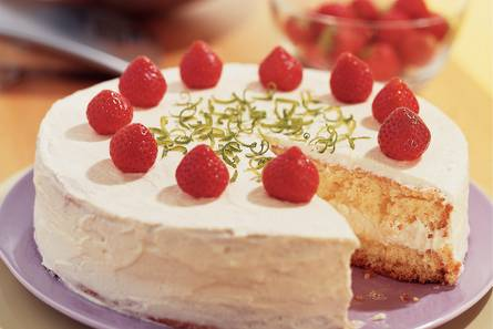 Taart met limoen en aardbeien