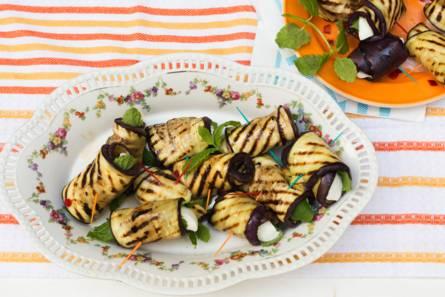Gegrilde-auberginerolletjes met mozzarella, munt en rode peper ...