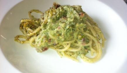 Pasta met een crème van courgette, speck en pistache- nootjes ...