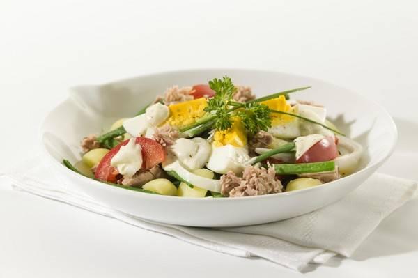 Salade met tonijn, aardappel, bonen, tomaat en ui recept ...