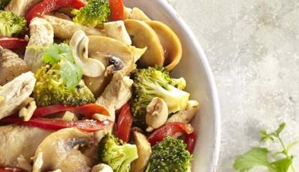 Kippenreepjes en oosterse groenten in de wok recept