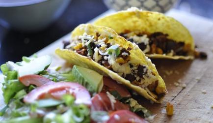 Vegetarische taco schelpen vol groenten, bonen en een frisse salade