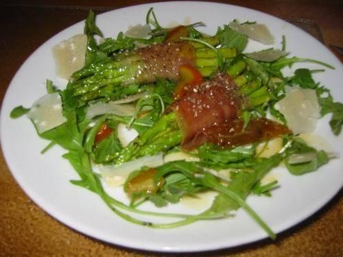 Salade van groene asperges met geitenkaas en sinaasappeldressing