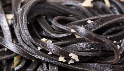 Zwarte pasta met tonijn en roomsaus recept