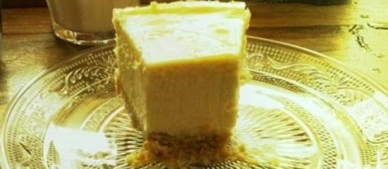Cheesecake met banaan en toffeesaus recept