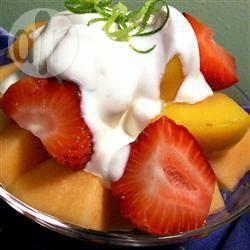 Fruitsalade met limoen en crème fraîche recept
