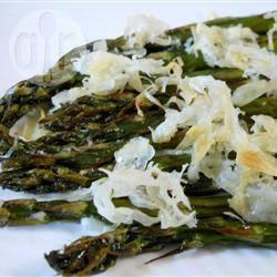 Gegrilde groene asperges met parmezaanse kaas recept ...
