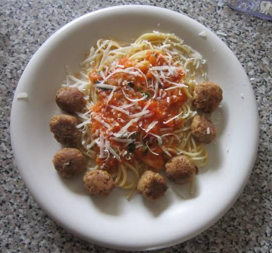 Spaghetti met tonijnballetjes en verse tomaten-basilicumsaus ...