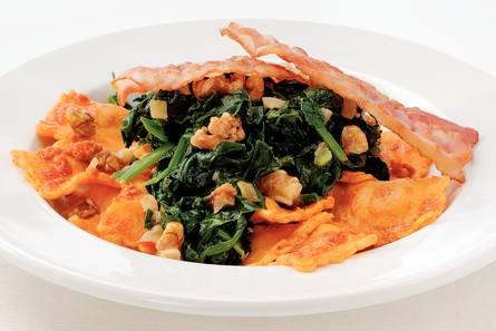 Rode pestoravioli met spinazie en spek