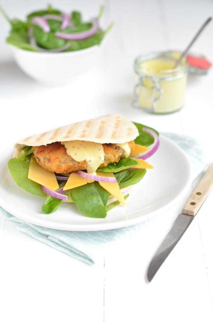 Pita kipburger met mosterdsaus