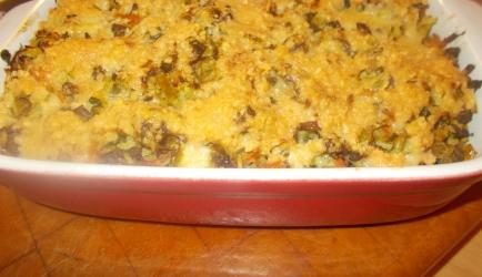 Gegratineerd rijstschoteltje met soepgroenten champignons en gehakt
