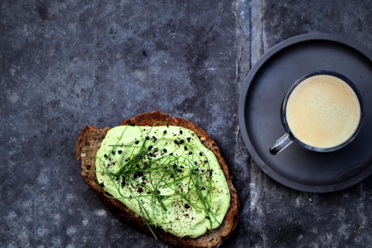Toast met avocado-fetaspread & koffiedust