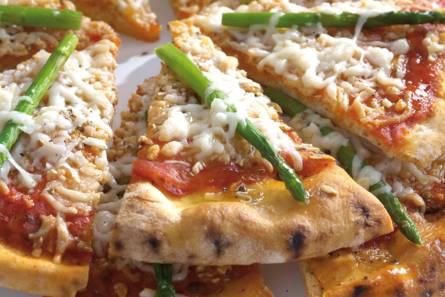 Pizza met hollandse geitenkaas en aspergetips