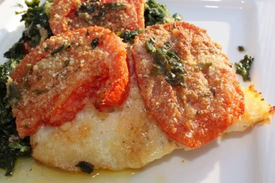 Gebakken kabeljauwfilet met spinazie, kaas en tomaten recept ...