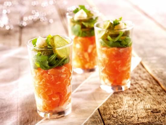 Glaasje gevuld met tartaar van zalm, augurk en mierikswortel ...