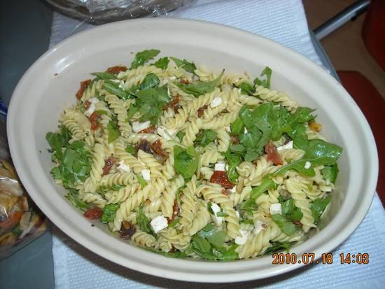 Pastasalade met gedroogde tomaten, rucola, feta en pijnboom ...
