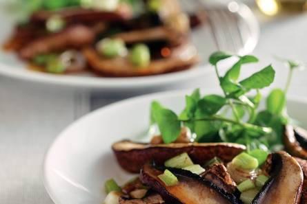 Salade van portobello met kruidige sojadressing