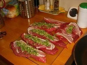Rundvleesrolletjes met kruiden in rode wijn recept