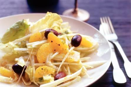 Venkel-sinaasappelsalade met andijvie en olijven
