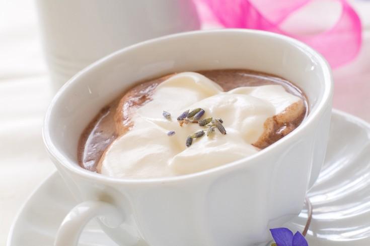 Warme chocolademelk met lavendel