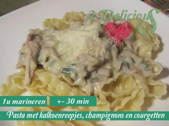 Pasta met kalkoenreepjes, champignons en courgetten recept ...