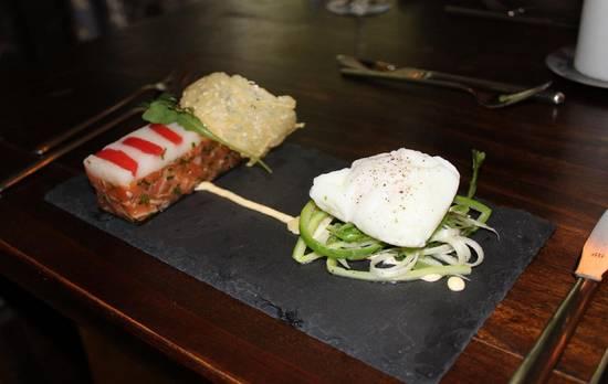 Tartaartje van zalm met salade van asperges, gepocheerd ei e ...