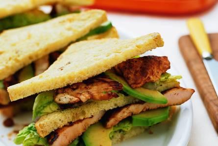 Gegrilde kipsandwich met avocado