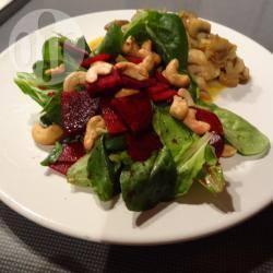 Salade met rode biet en gebakken ui en champignons recept ...