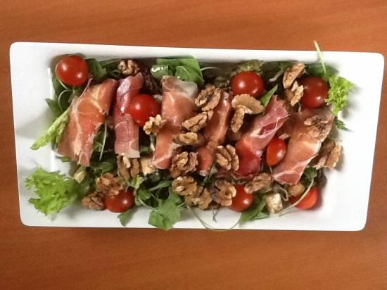 Italiaanse salade met mozzarella en parmaham recept