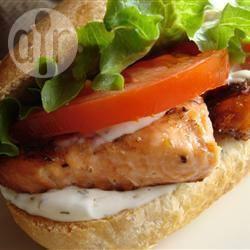 Sandwich met gegrilde zalm en dille