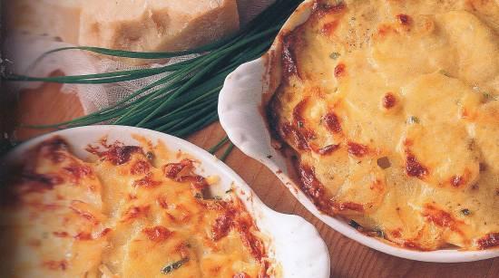 Aardappelgratin met verse bieslook, uien en parmezaanse kaas ...