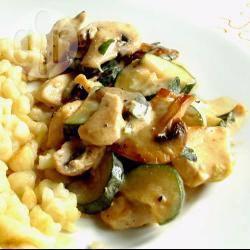 Kip, courgette en champignons in roomsaus recept