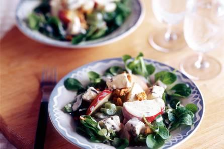 Wintersalade met appel, blauwaderkaas en walnoten