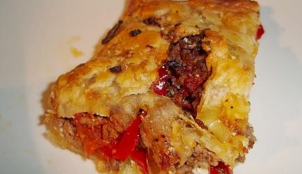 Hartige bladerdeegbroodjes gevuld met gehakt, groente en kaa ...
