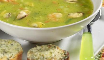 Maaltijdsoep met zeevruchten en kruidenbroodjes recept ...