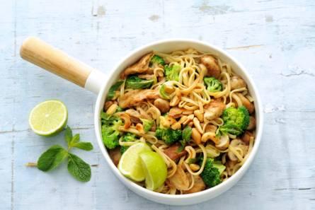 Noedels met broccoli, cashewnoten en vegakip
