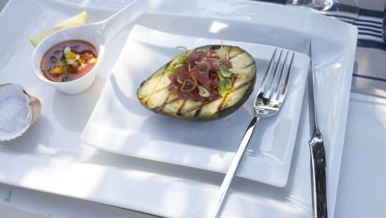 Gegrilde avocado met tartaar van tonijn recept