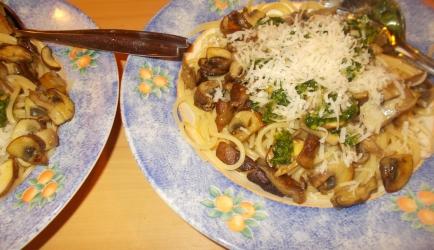Spaghetti met paddenstoelen pijnboompitten en peterseliepesto ...
