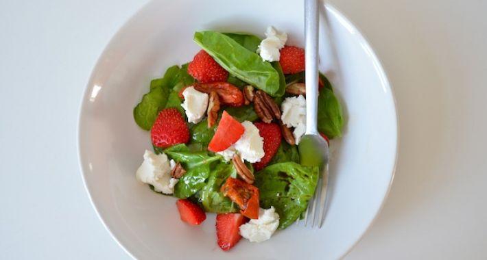 Spinazie salade met aardbeien en geitenkaas