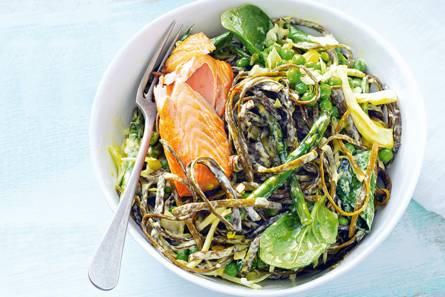 Zeewierpasta met groentesaus & zalm