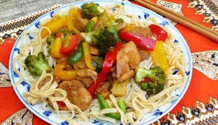 Gezonde wokschotel met kip paprika en broccoli recept