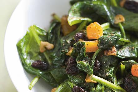 Gebakken spinazie met rozijnen en abrikozen