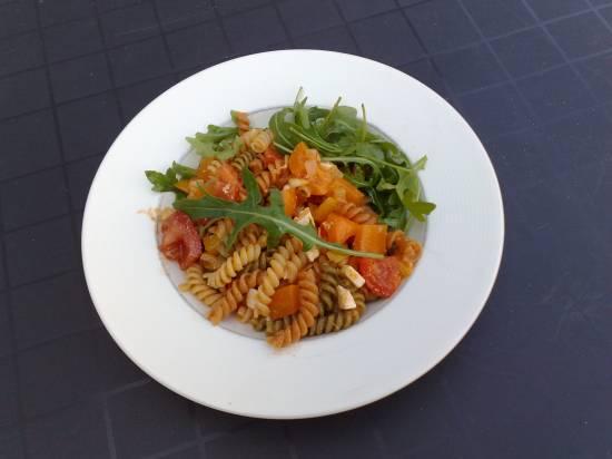Koude pastasalade met paprika, rucola en feta recept