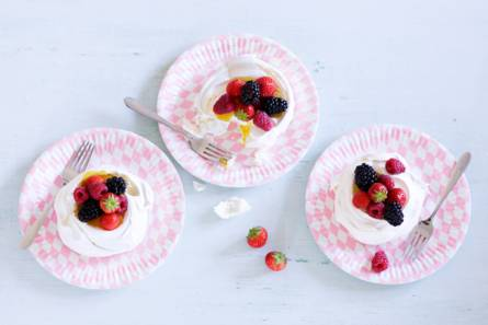 Schuimtaartjes met rood fruit
