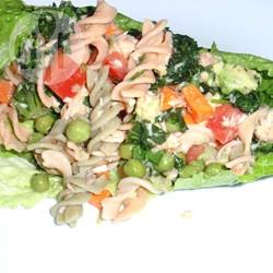 Salade met pasta van bruine rijst en zalm recept