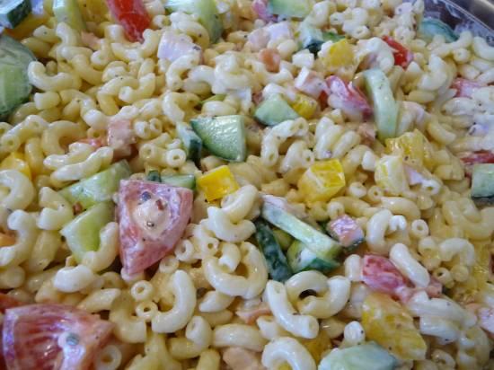 Kleurrijke pastasalade met gerookte kip recept